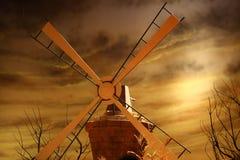 Mulino a vento girante per acqua di pompaggio Immagine Stock