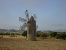 Mulino a vento mediterraneo rurale su Mallorca, Ballears Fotografie Stock