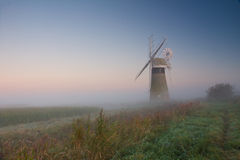 Mulino a vento nebbioso Immagine Stock Libera da Diritti
