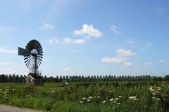 Mulino a vento nel campo Fotografie Stock Libere da Diritti