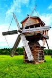 Mulino a vento nel campo Immagine Stock