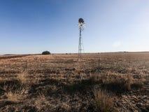 Mulino a vento nel campo aperto fotografie stock