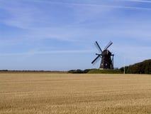 Mulino a vento nel campo di frumento Fotografia Stock