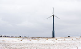 Mulino a vento nel campo nevoso Fotografia Stock Libera da Diritti