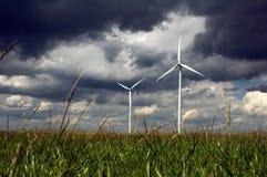 Mulino a vento nel campo verde Fotografia Stock