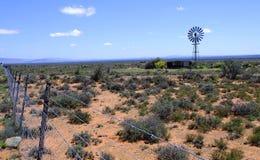Mulino a vento nel deserto di karoo Fotografie Stock