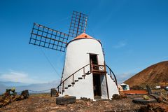 Mulino a vento nel giardino del cactus nel villaggio di Guatiza Fotografia Stock