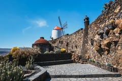 Mulino a vento nel giardino tropicale del cactus nel villaggio di Guatiza, attrazione popolare a Lanzarote Fotografia Stock Libera da Diritti