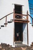 Mulino a vento nel giardino tropicale del cactus nel villaggio di Guatiza, Lanzarote Immagini Stock Libere da Diritti
