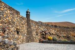 Mulino a vento nel giardino tropicale del cactus nel villaggio di Guatiza, Lanzarote, isole Canarie Fotografia Stock Libera da Diritti
