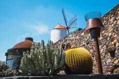 Mulino a vento nel giardino tropicale del cactus nel villaggio di Guatiza, attrazione popolare a Lanzarote Immagine Stock
