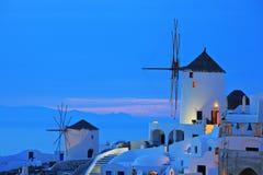 Mulino a vento nel villaggio di Oia su Santorini Fotografia Stock Libera da Diritti