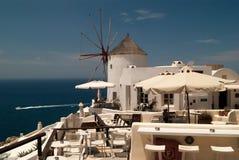 Mulino a vento nel villaggio di OIA sull'isola di Santorini Immagine Stock