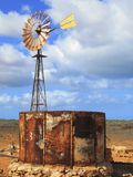 Mulino a vento nell'entroterra, Australia fotografia stock
