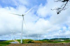Mulino a vento o turbina per il generatore elettrico con cielo blu piacevole dalla Tailandia Immagine Stock