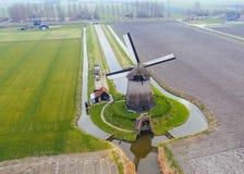 Mulino a vento olandese antico tipico con i campi da sopra fotografie stock libere da diritti