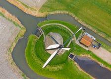 Mulino a vento olandese antico tipico con i campi da sopra immagine stock libera da diritti