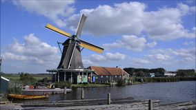 Mulino a vento olandese che lavora al canale in Olanda, Paesi Bassi archivi video