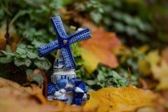 Mulino a vento olandese del ricordo con una coppia baciante su un fondo di autunno Fuoco selettivo Fine in su immagine stock libera da diritti