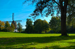 Mulino a vento olandese nei colori di autunno Fotografia Stock