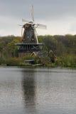 Mulino a vento olandese sul lago Immagini Stock