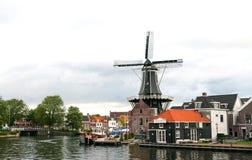 Mulino a vento olandese tradizionale Fotografie Stock Libere da Diritti