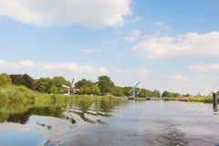Mulino a vento olandese vicino al fiume Immagini Stock Libere da Diritti