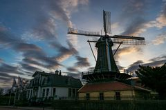 """Mulino a vento olandese vicino Plas di Kralingse al lago """"a Rotterdam, Paesi Bassi fotografie stock libere da diritti"""