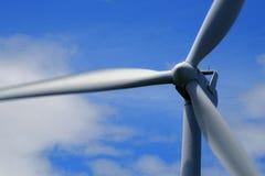 Mulino a vento producendo elettricità con cielo blu e le nuvole immagine stock libera da diritti