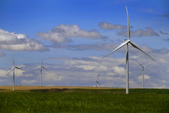 Mulino a vento producendo elettricità con cielo blu e le nuvole fotografie stock