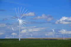 Mulino a vento producendo elettricità con cielo blu e le nuvole fotografia stock