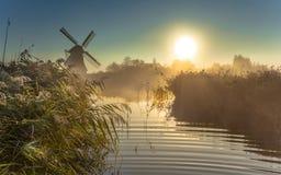 Mulino a vento in regione paludosa nebbiosa Fotografia Stock Libera da Diritti