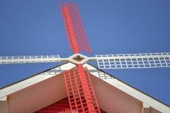 Mulino a vento rosso e bianco con cielo blu Immagine Stock Libera da Diritti