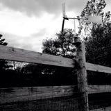 Mulino a vento rustico del giardino della posta della giostra Fotografia Stock