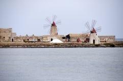 Mulino a vento in Sicilia, Italia fotografia stock libera da diritti