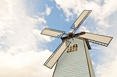Mulino a vento sopra il cielo nuvoloso Fotografie Stock