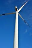 Mulino a vento sotto cielo blu Immagini Stock Libere da Diritti