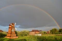 Mulino a vento sotto l'arcobaleno Immagini Stock Libere da Diritti