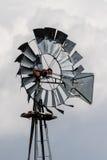 Mulino a vento stagionato del ranch Immagini Stock Libere da Diritti