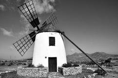Mulino a vento storico dell'isolano fotografie stock libere da diritti