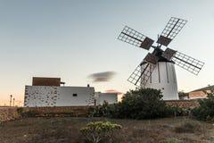 Mulino a vento storico e tipico a Fuerteventura, Spagna Fotografie Stock Libere da Diritti