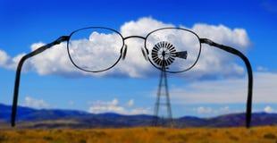 Mulino a vento su Hillside in campagna America rurale con il cielo e la C Immagini Stock Libere da Diritti