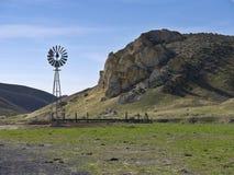 Mulino a vento su un ranch scenico Fotografia Stock