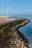 Mulino a vento su una diga Fotografia Stock