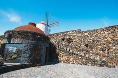 Mulino a vento sul fondo del cielo blu nel giardino del cactus, villaggio di Guatiza, Lanzarote Fotografie Stock