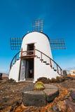 Mulino a vento sul fondo del cielo blu nel giardino del cactus, villaggio di Guatiza, Lanzarote Fotografie Stock Libere da Diritti