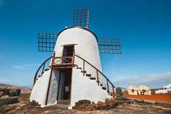 Mulino a vento sul fondo del cielo blu nel giardino del cactus, villaggio di Guatiza, Lanzarote Immagine Stock Libera da Diritti
