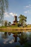 Mulino a vento sul lago Fotografie Stock