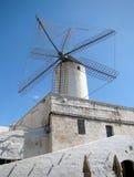 Mulino a vento sul tetto di vecchia casa Fotografia Stock Libera da Diritti