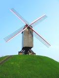 Mulino a vento sulla collina immagini stock libere da diritti